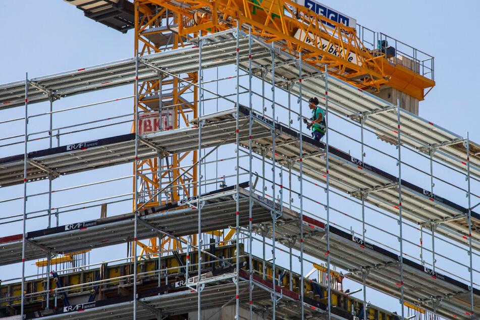 Von 2016 bis 2019 wurden laut Innenministerium über 103.000 geförderte Mietwohnungen gebaut. Doch gleichzeitig fallen bestehende Wohnungen aus der Bindung. (Symbolbild)