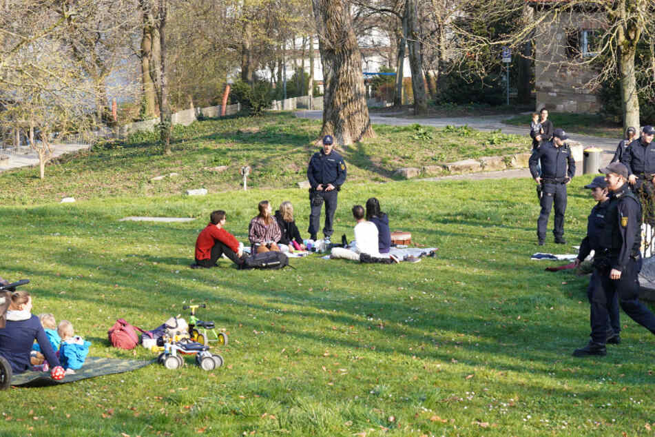 Polizei schickt Menschen am Leipziger Platz nach Hause.