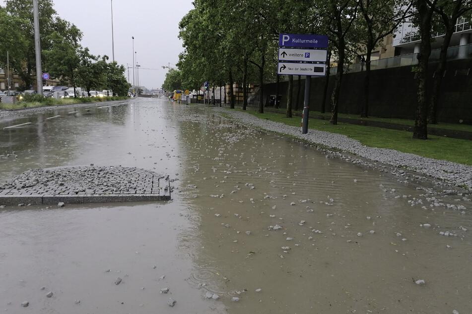 Die Konrad-Adenauer-Straße in Stuttgart steht unter Wasser.