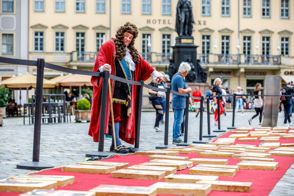 """""""August der Starke"""" Steffen Urban (57) begutachtet seine Porträts auf dem roten Teppich."""