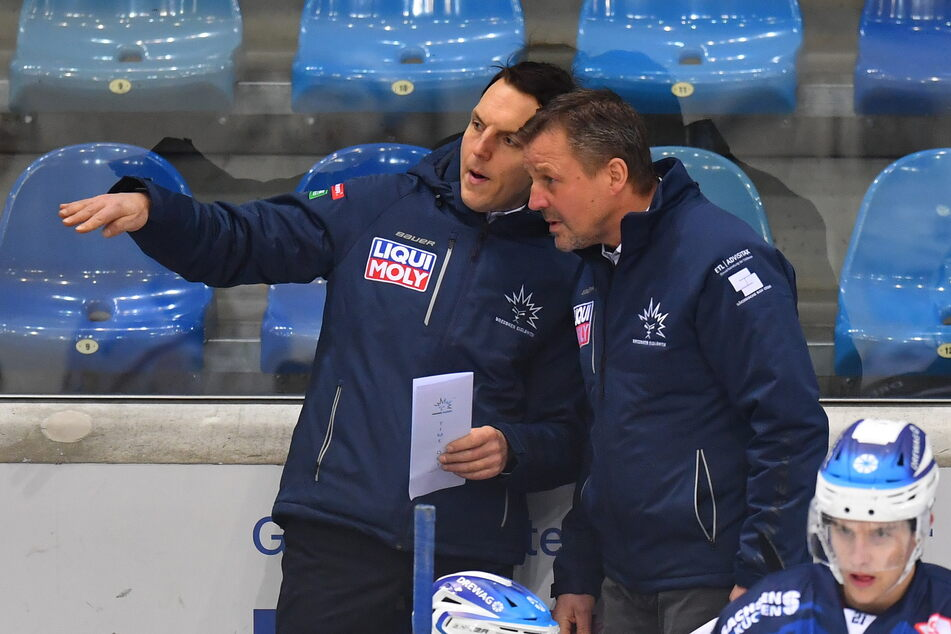 Während der DEL2-Partien müssen jetzt Co-Trainer Petteri Kilpivaara (35, l.) und Chef-Trainer Andreas Brockmann (53) ihren Spielern die Fehler und die positiven Dinge aufzeigen. Trainingseinheiten gibt's kaum noch.