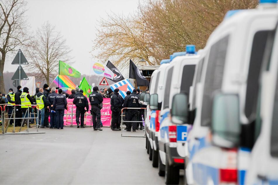 Proteste bei Landesparteitag der Berliner AfD in Brandenburg