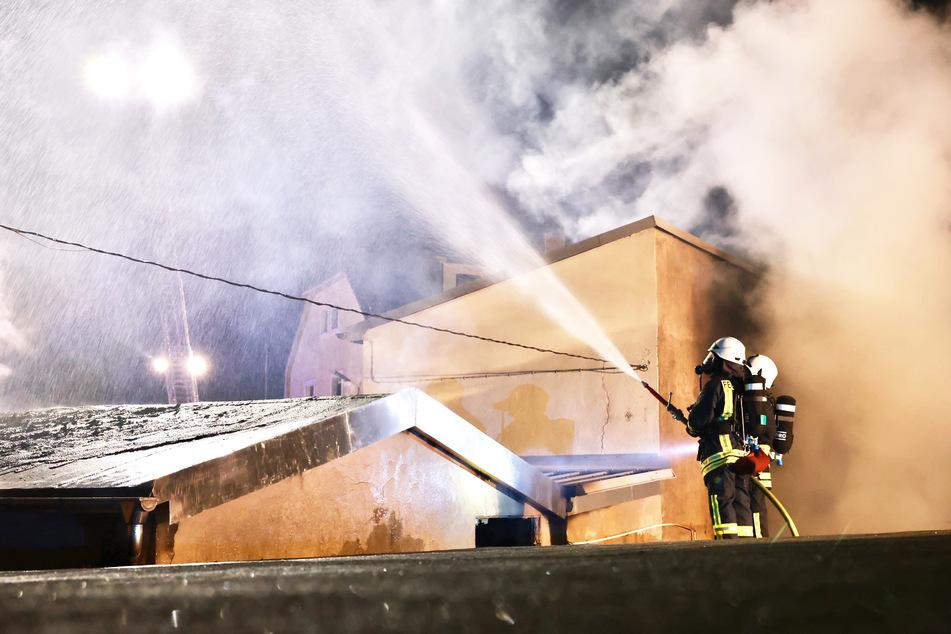 81 Feuerwehrleute waren am Abend im Einsatz - und werden es noch für einige Stunden sein.