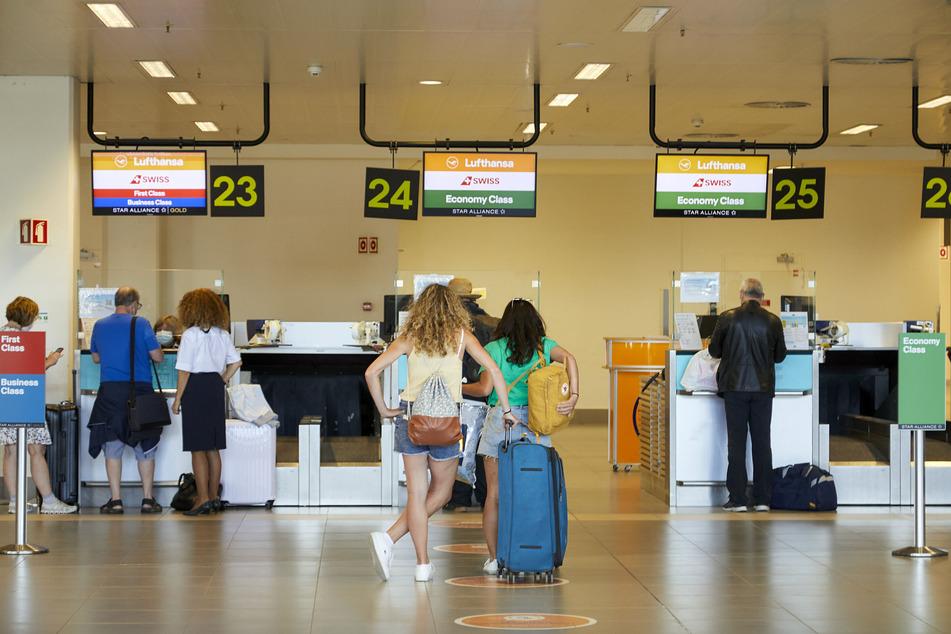 Reisende stehen vor den Schaltern am Flughafen Faro. Das Robert Koch-Institut hat Portugal jüngst als Virusvarianten-Gebiet eingestuft.