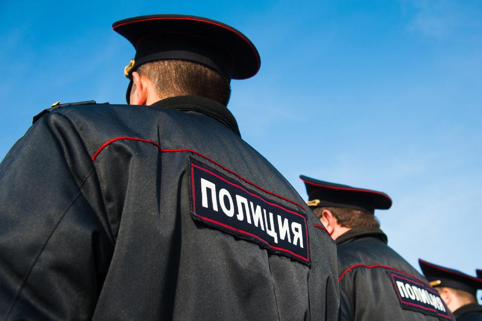 Russische Polizisten in Uniform. Beamten in Russland haben zwei Männer bei einer Vekrehrskontrolle getötet.