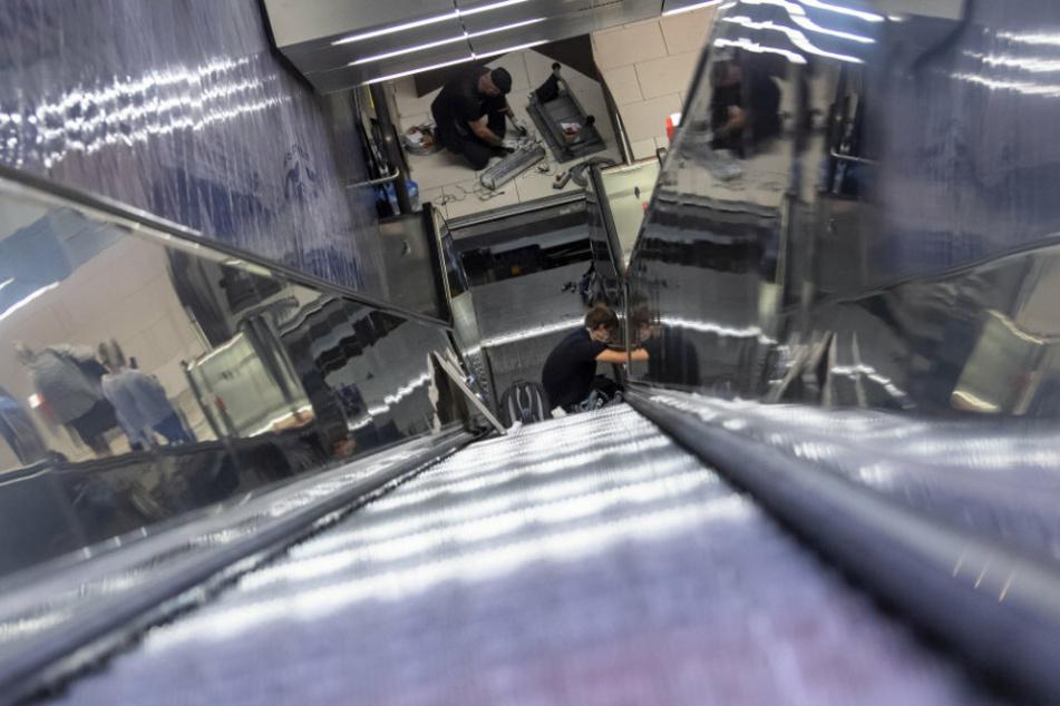 Die Module werden im Rücklauf der Rolltreppe - im verschlossenen Bereich - eingebaut und bestrahlen durchgehend den Handlauf mit UVC-Licht.