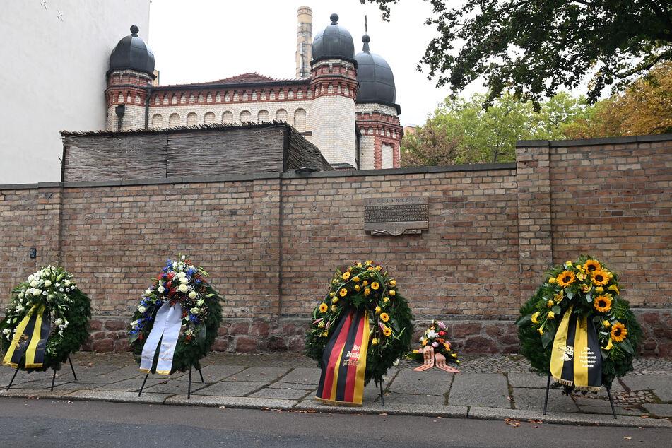 Kränze zum Gedenken an die Opfer des Anschlages vor einem Jahr stehen vor der Synagoge.