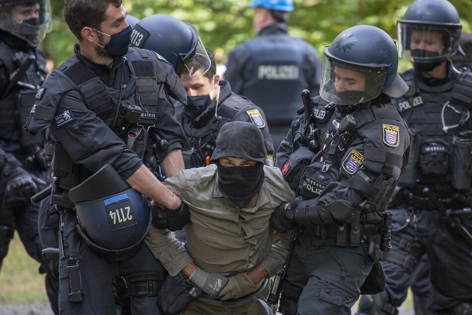 Die Polizei räumt Barrikaden von Waldbesetzern im Dannenröder Forst in Mittelhessen.