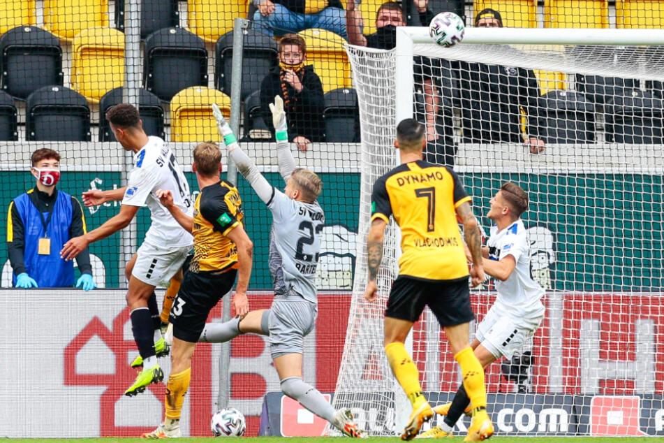 Christoph Daferner (22, 2.v.l.) trifft im Spiel gegen Waldhof Mannheim zu Dynamos 1:1-Ausgleich.