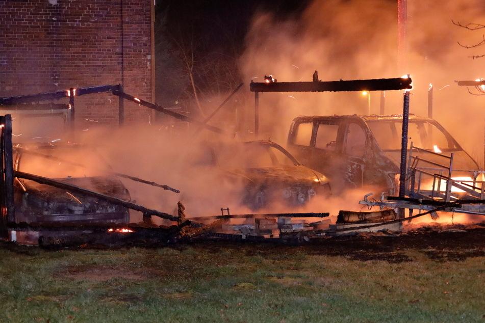 Chemnitz: Chemnitz: Carport und mehrere Autos abgebrannt