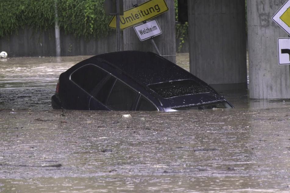 Ein Auto treibt am 23. Juni durch das Hochwasser in einer Unterführung am Bahnhof in Schwäbisch Gmünd. Die DLRG warnte davor, überflutete Straßen zu unterschätzen - Unterführungen und Tunnel seien besonders gefährlich.