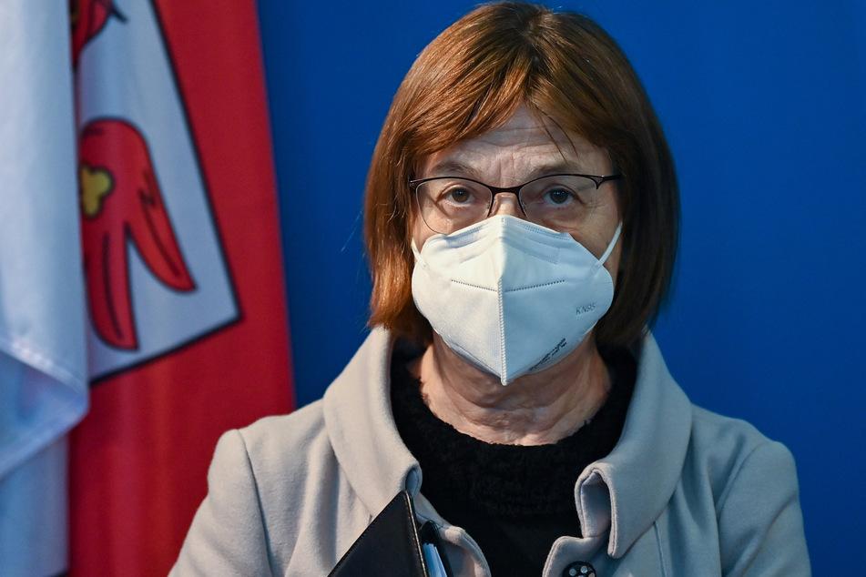 Gesundheitsministerin Ursula Nonnemacher (63, Grüne) will über die Folgen des Impfstoff-Lieferverzugs für Brandenburg aufklären.