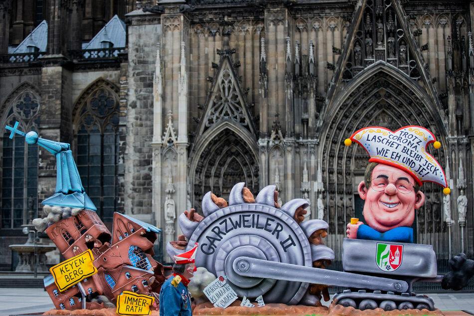 Köln: Rosenmontag in Köln: Leere Straßen, bis auf einen Düsseldorfer Wagen!