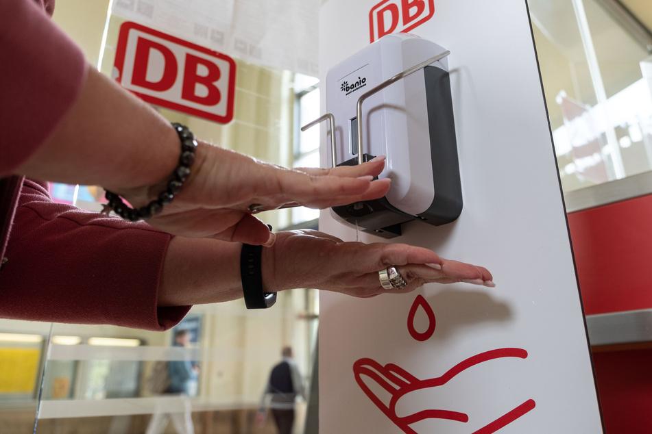 Mit umfassenden Hygienemaßnahmen bereitet sich die Deutsche Bahn auf eine steigende Zahl von Reisenden vor.