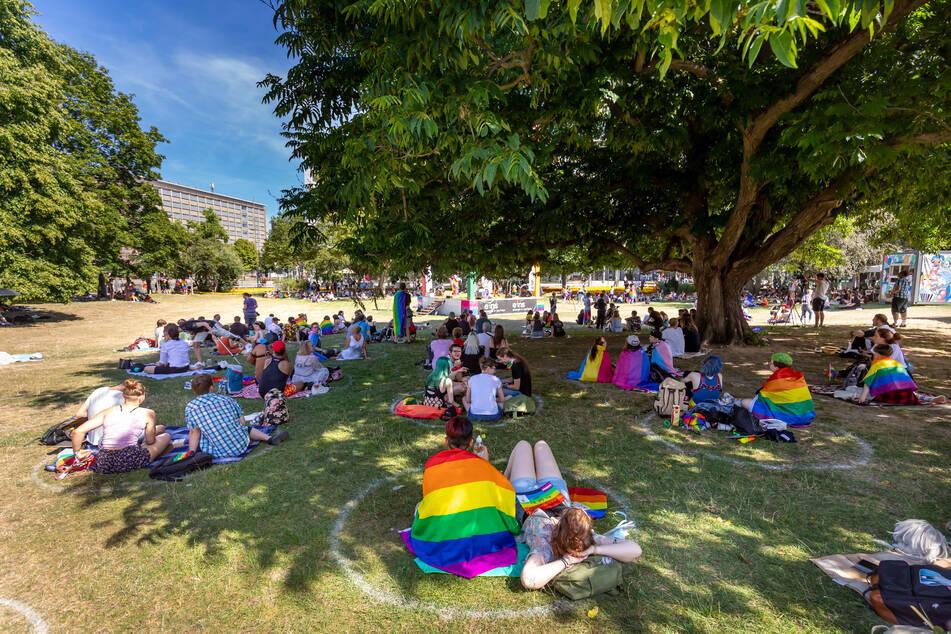 Bunt im Schatten: Der diesjährige CSD lockte trotz der Hitze viele, vor allem junge Menschen in den Stadthallenpark.