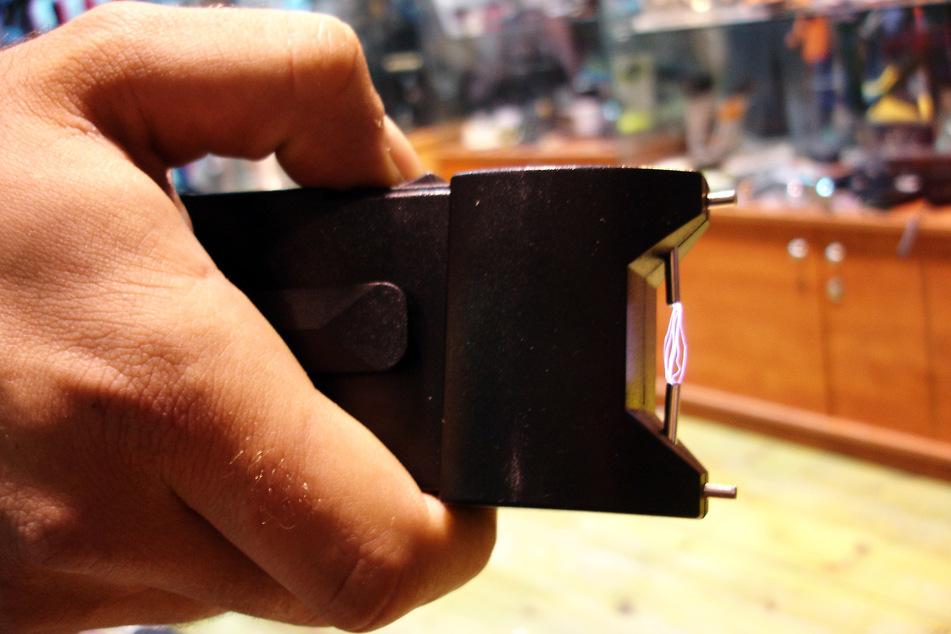 Ladendetektiv wird von Dieb mit Elektroschocker bedroht