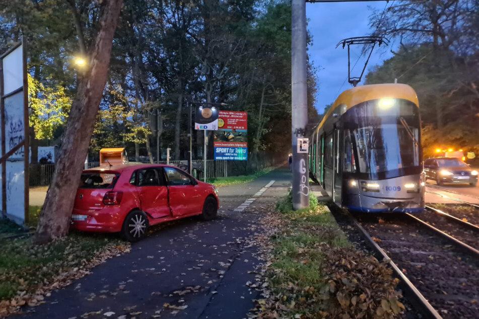 Der VW Polo wurde durch den Zusammenstoß an einen Baum geschleudert.
