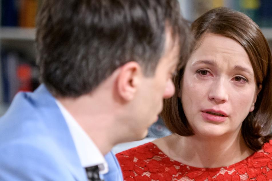 Eva wird klar, dass sich die Hoffnung auf eine glückliche Familie nicht erfüllt.