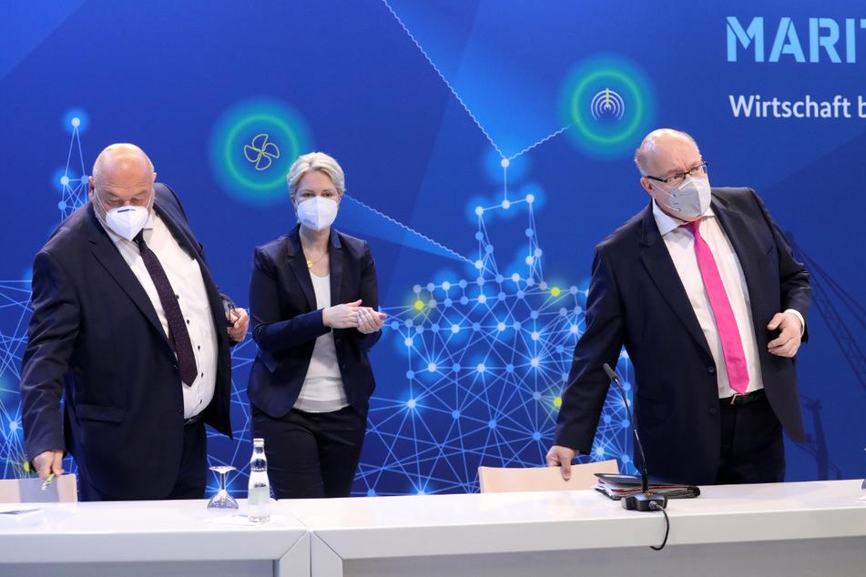 Rostock: Harry Glawe (CDU), Manuela Schwesig (SPD) und Peter Altmaier (CDU) bei der 12. Nationalen Maritimen Konferenz im Warnemünder Kreuzfahrtterminal.