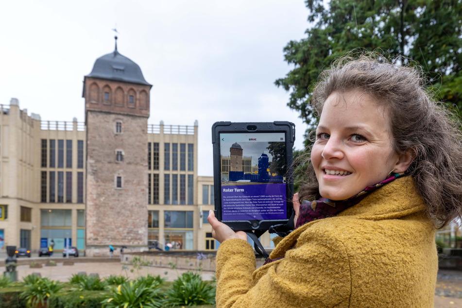 Projektleiterin Lisa van Bömmel-Wegmann (30) mit einem smac-Tablet vorm Roten Turm.