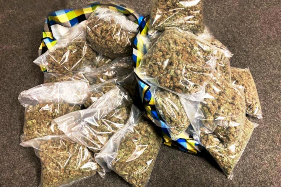 Zöllner haben 23 Kilogramm Marihuana sichergestellt.