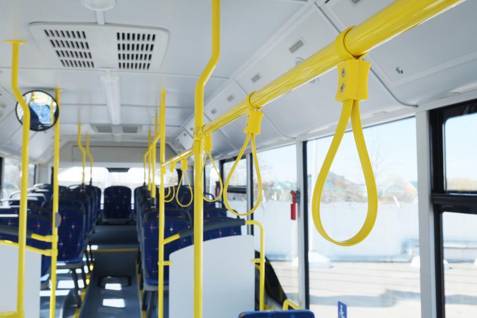 Der Innenraum eines Busses. In Leverkusen soll ein Busfahrer Fahrgäste eines Linienbusses mit falschen Aussagen über die Corona-Pandemie beschallt haben. (Symbolbild)