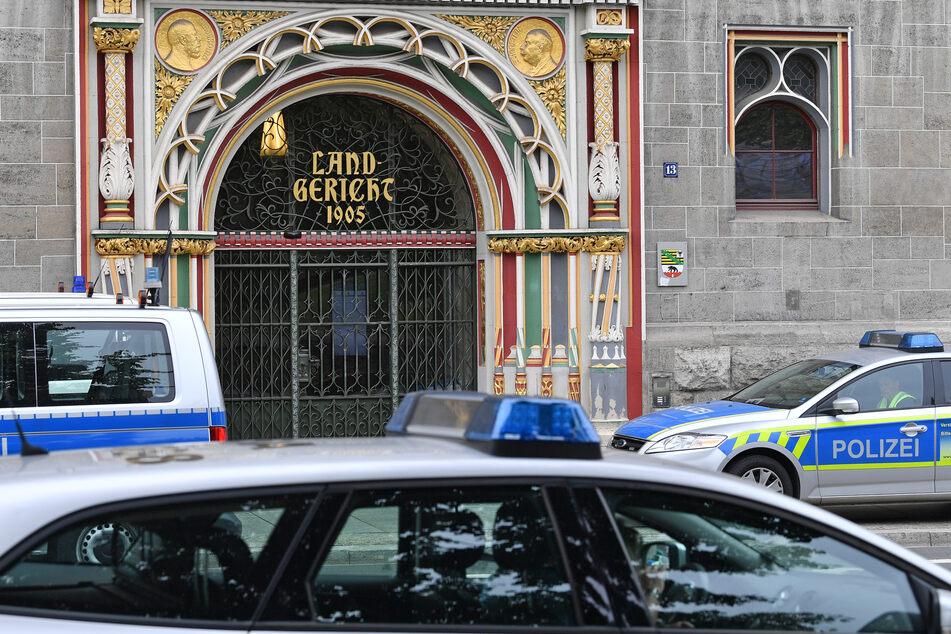 Eine 26-Jährige muss sich wegen versuchten Totschlags und gefährlicher Körperverletzung vor dem Landgericht Halle verantworten. (Archivbild)