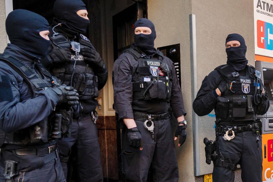 Polizisten stehen im Februar 2021 bei einer Großrazzia gegen Clankriminalität vor einem Haus in Berlin. Am Donnerstag hat die Innenverwaltung mitgeteilt, dass seit Januar 2020 sechs Straftäter mit Clanbezug aus Berlin abgeschoben wurden.