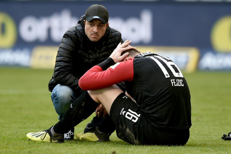 Frust pur: Braunschweig-Keeper Jasmin Fejzic (35, r.) vergräbt sein Gesicht in den Händen. Coach Daniel Meyer (41) blickt ins Leere.