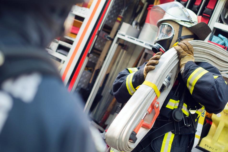 Autotransporter brennt völlig aus: Feuerwehr auf A92 im Großeinsatz