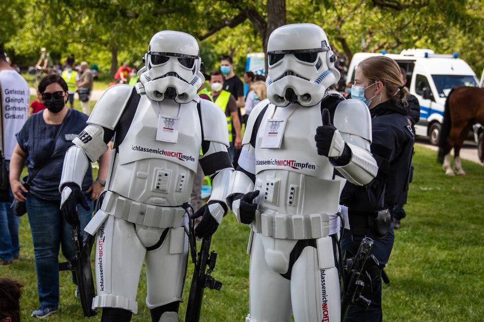 """Teilnehmer der """"Querdenker""""-Demo haben sich als Sturmtruppen aus """"Star Wars"""" verkleidet."""