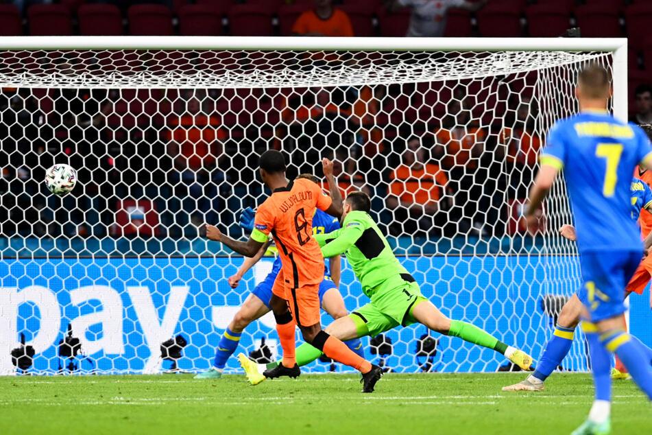 Der erlösende erste Treffer! Kapitän Georginio Wijnaldum (2.v.l.) zieht aus 16 Metern ab und erzielt das 1:0 für die Niederlande.