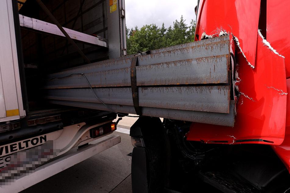 Im vorderen Lkw transportierte Stahlträger beschädigten einen anderen Laster.