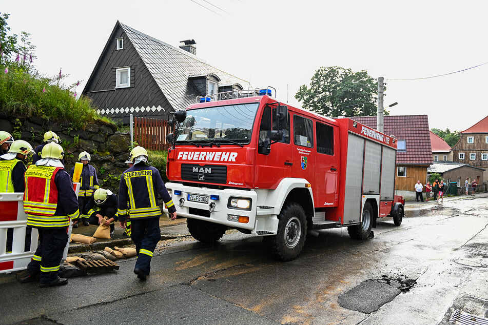 In Seifhennersdorf überspülte der Regen eine Straße.