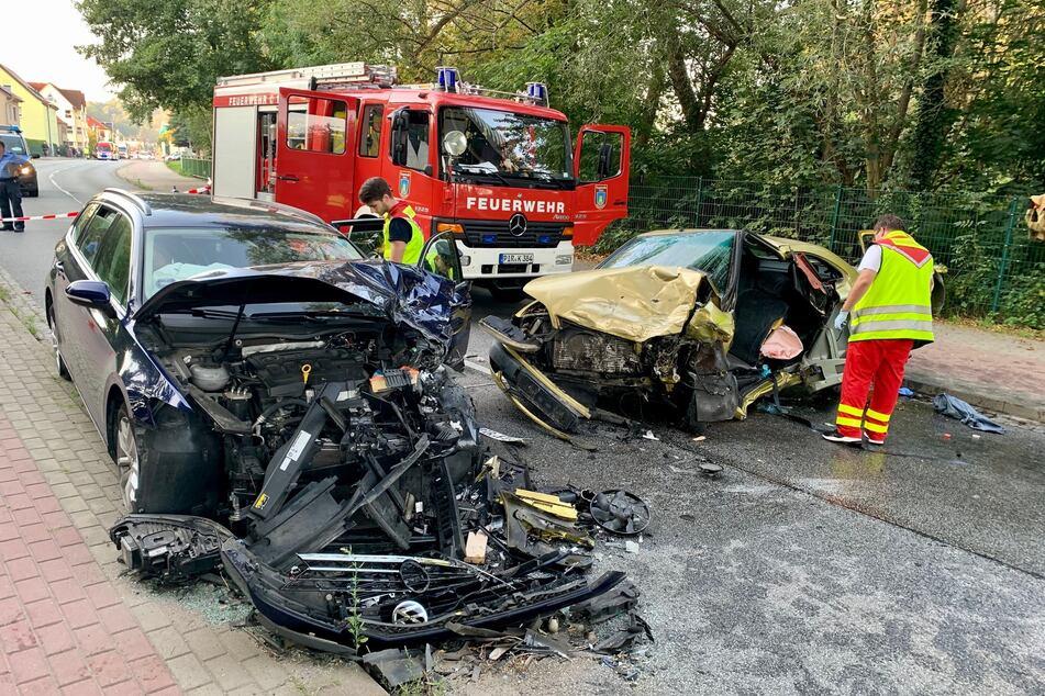 Die beiden Insassen der am Unfall beteiligten Fahrzeuge sollen schwer verletzt worden sein.