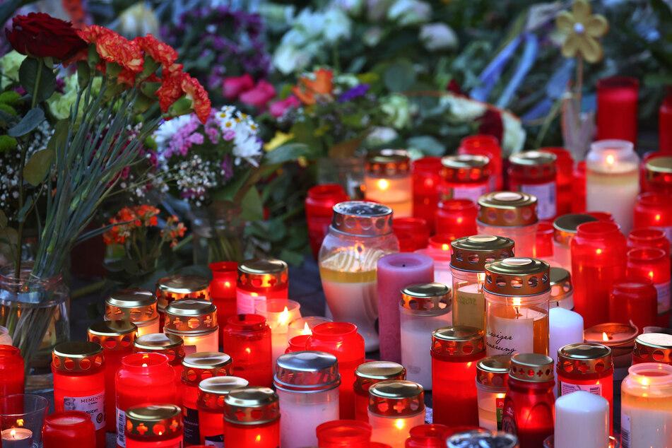 Eine Vielzahl an Kerzen und zahlreiche Blumen wurden im Gedenken an die Opfer des Würzburger Attentats vor dem Woolworth-Kaufhaus abgelegt.