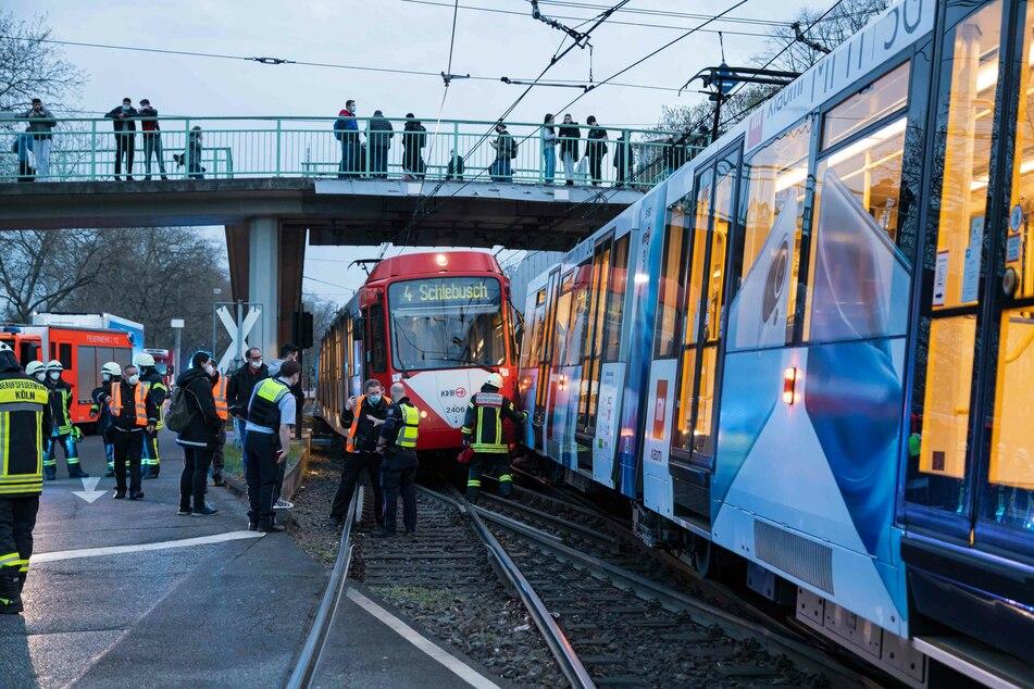 Keiner der Fahrgäste wurde bei dem Zusammenstoß der KVB-Linien verletzt. Die Strecke musste in beide Richtungen für eine knappe Stunde gesperrt werden.