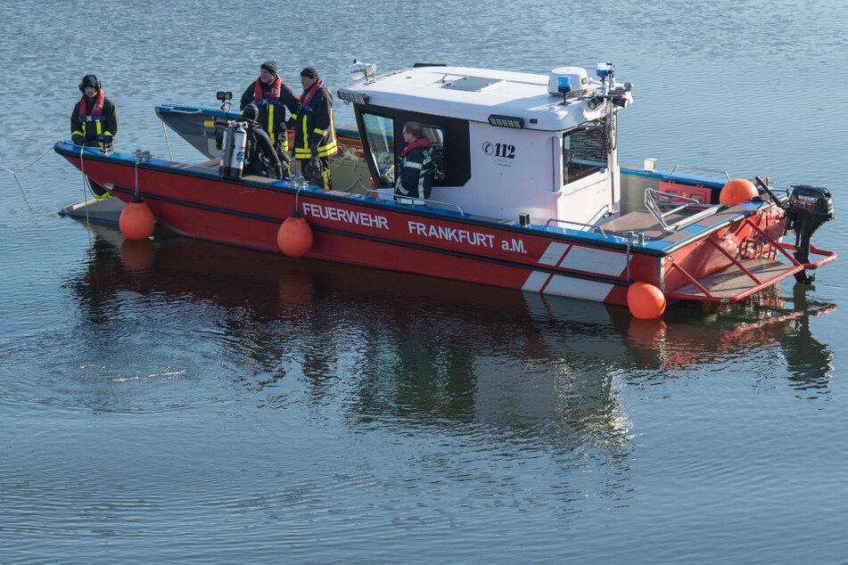 Rettung im Main: Ruderboot mit zwei Personen kentert in Frankfurt