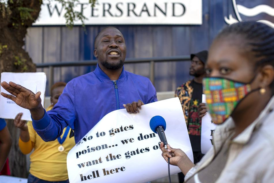 1. Juli, Johannesburg: Teilnehmer einer Demonstration protestieren gegen eine Covid-19-Studie vor der Witwatersrand-Universität. In der Studie wird für einen möglichen Impfstoff gegen das neuartige Coronavirus geforscht.