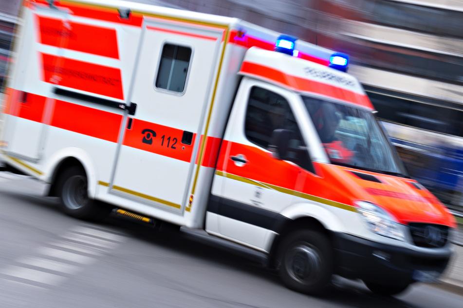 Bei Arbeiten an einer Hausfassade ist in München ein Mann von einem Baugerüst gestürzt und sieben Meter in die Tiefe gefallen. (Symbolbild)