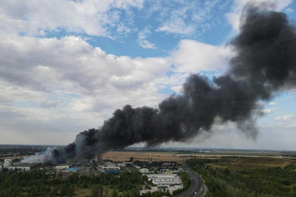 Aktuellen Informationen zufolge soll eine Lagerhalle in Flammen stehen.