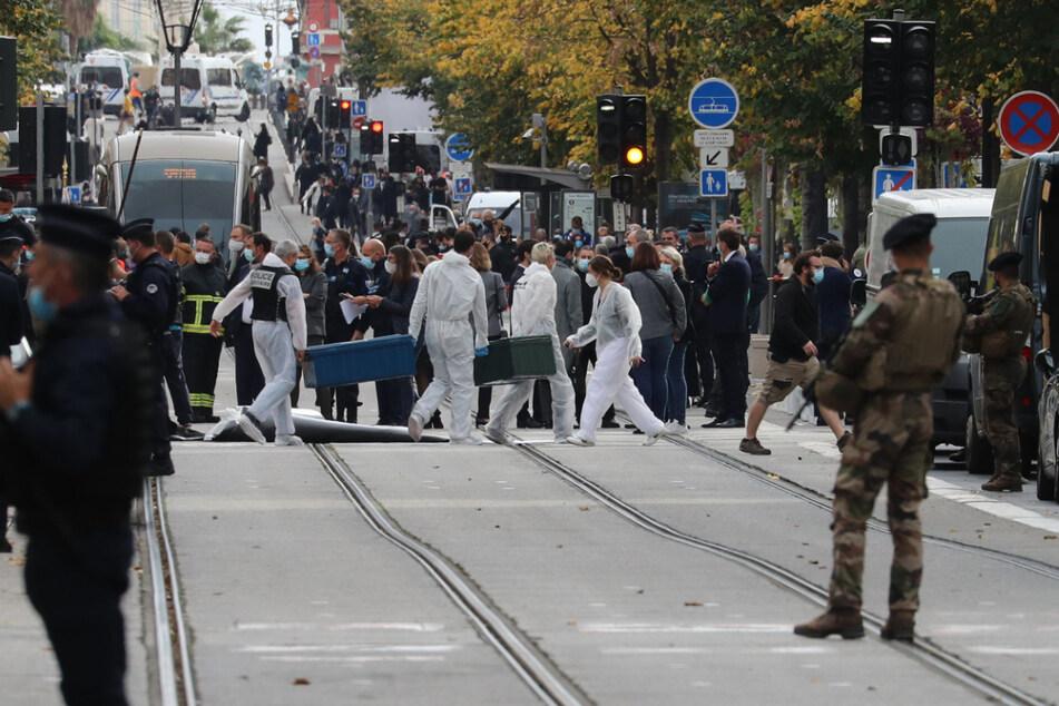 Nizza am Donnerstag: Forensiker und Polizisten am Tatort des Terror-Angriffs.