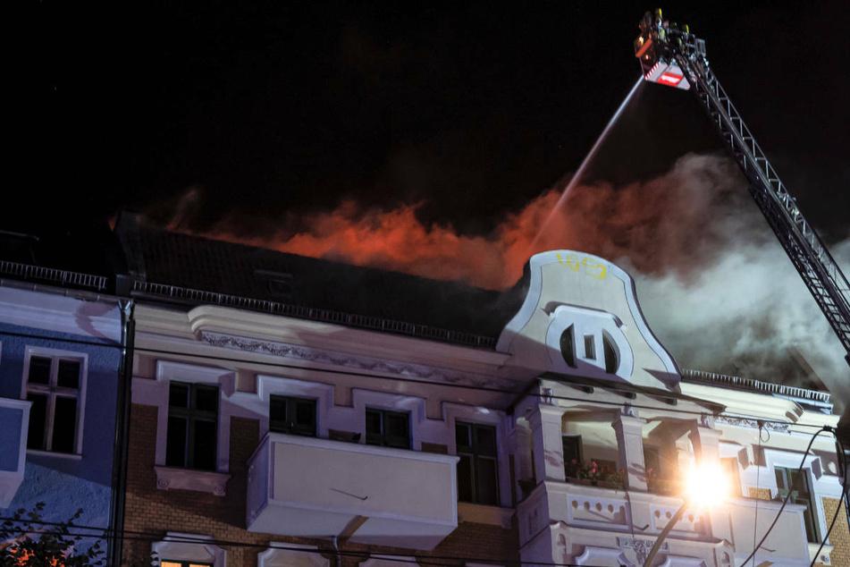 Die Feuerwehr löscht den Brand im Dachgeschoss über eine Drehleiter.
