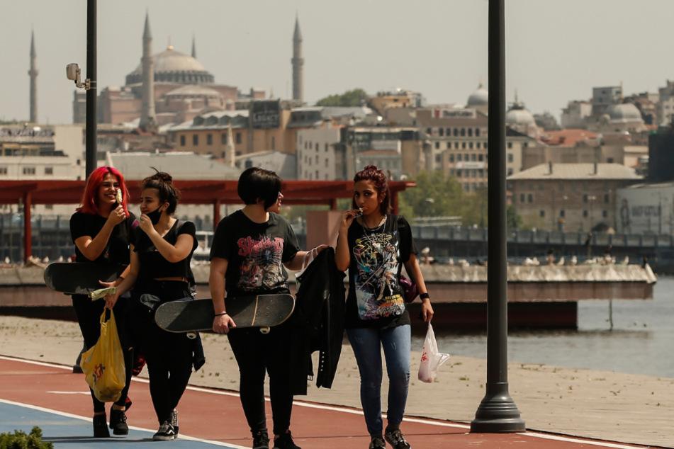 Istanbul: Türkische Mädchen gehen spazieren, im Hintergrund ist die Hagia Sophia zu sehen. Die Teenager konnten am Freitag zum ersten Mal seit 42 Tagen ihre Häuser verlassen.