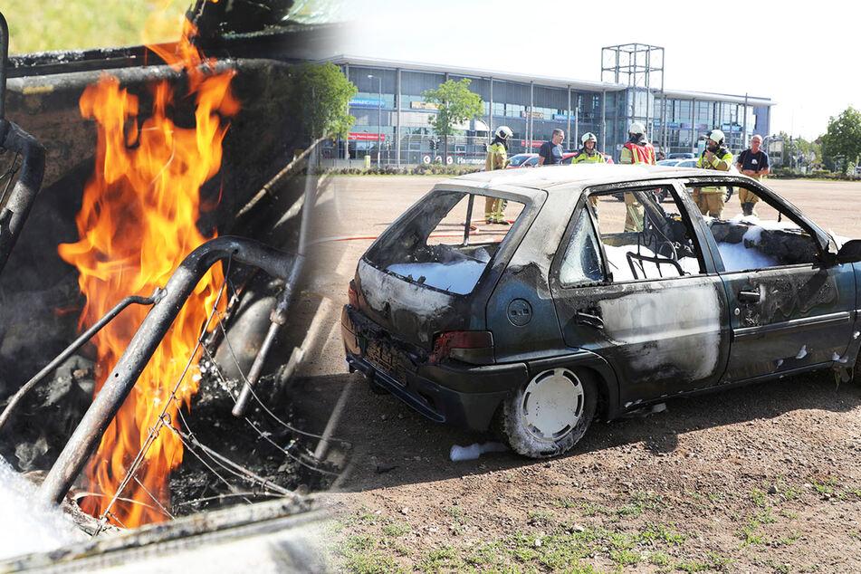 Auto am ElbePark absichtlich in Brand gesteckt? Feuerwehr löscht Peugeot