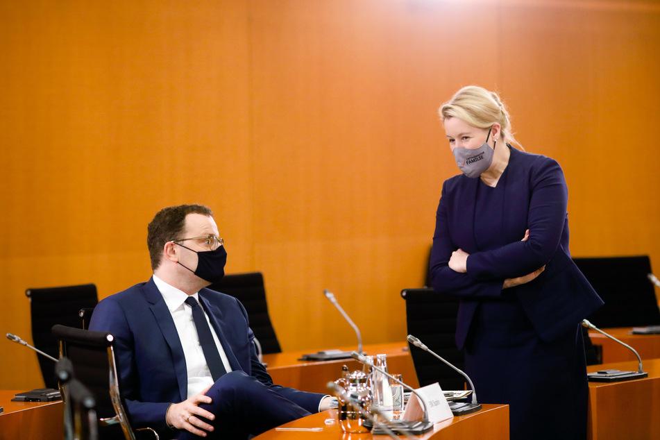 Bundesgesundheitsminister Jens Spahn (CDU, l.) und Bundesfamilienministerin Franziska Giffey (SPD) beim Gespräch am 21. Oktober. Nach der Sitzung des Budneskabinetts wurde bekannt, dass Spahn mit dem Coronavirus infiziert ist.