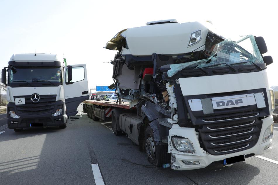 Unfall auf A4: Laster bremst an Stauende nicht rechtzeitig, ein Schwerverletzter
