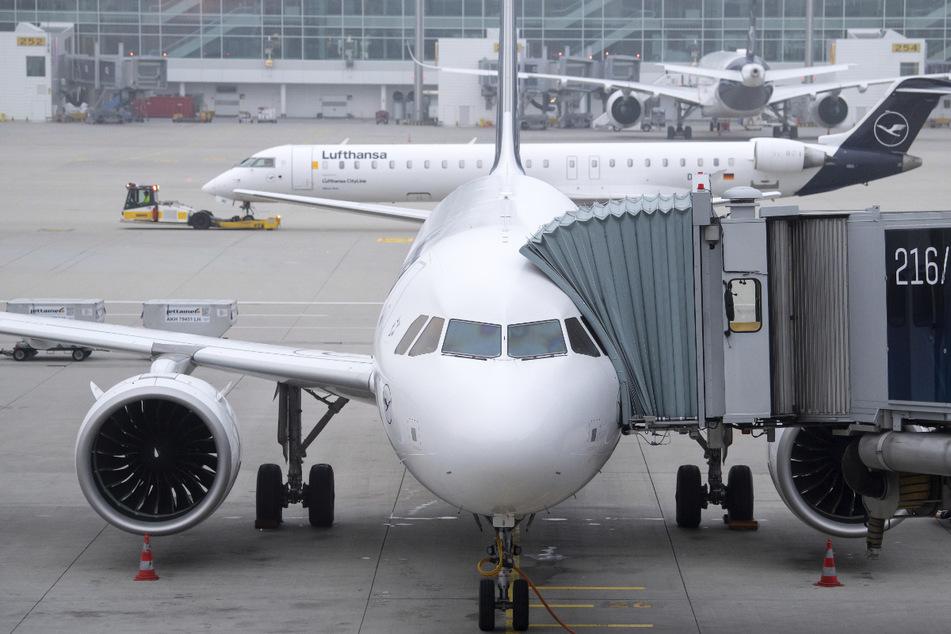 Ein Flugzeug von Lufthansa steht am Flughafen München kurz vor dem Abflug am Gate.