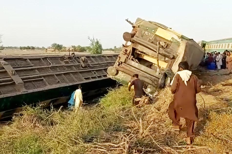 Entgleiste Waggons liegen an dem Unglücksort in der Provinz Sindh.