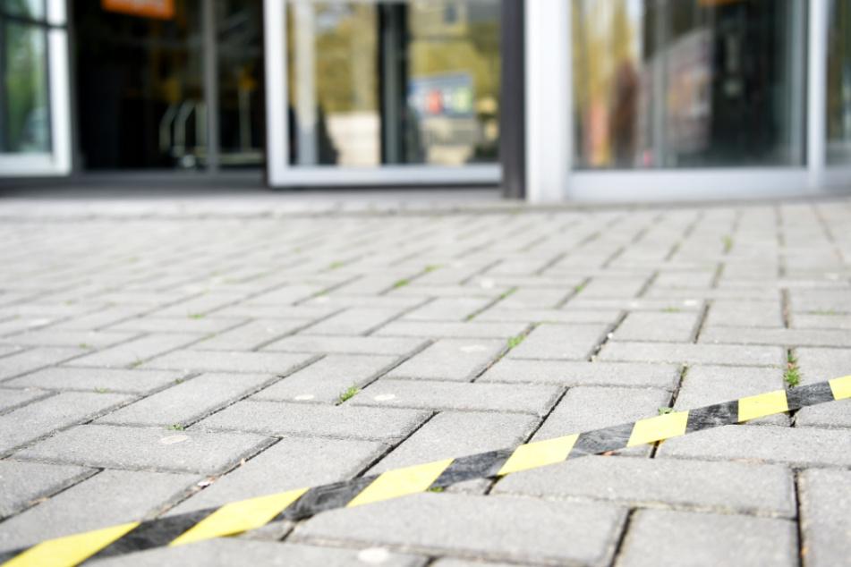 Einige Geschäfte öffnen wieder. Abstand muss dringend eingehalten werden (Symbolbild).